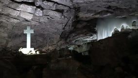 Ορθόδοξος χριστιανικός σταυρός στη σπηλιά πάγου Kungur, Ρωσία - 25 Μαΐου 2017 φιλμ μικρού μήκους
