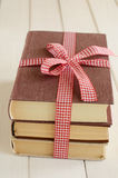 Οριακός επάνω βιβλίων στην κόκκινη κορδέλλα Στοκ Εικόνες