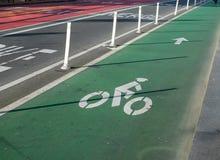 Οριζόμενη πάροδος ποδηλάτων σε μια πολυάσχολη οδό πόλεων στοκ εικόνες με δικαίωμα ελεύθερης χρήσης