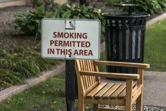 Οριζόμενη περιοχή καπνίσματος υπαίθρια ζώνη καπνίσματος πάγκων επιτρεπόμενη στοκ εικόνες με δικαίωμα ελεύθερης χρήσης