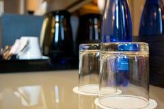 Οριζόντια άποψη μιας σύνθεσης δύο γυαλιών και ενός μπλε Bottl στοκ φωτογραφία