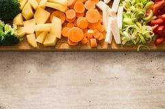 Οριζόντια άποψη των κομμένων λαχανικών Διάστημα αντιγράφων στο γκρίζο υπόβαθρο πετρών Καρότα, μπρόκολο, ρίζα μαϊντανού Στοκ Εικόνες