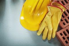 Οριζόντια εικόνα του κόκκινου οικοδόμησης χρηματοκιβωτίου καπέλων τούβλων προστατευτικού σκληρού Στοκ Εικόνα
