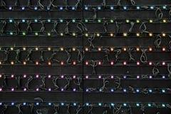 Οριζόντια εικόνα του μαύρου υποβάθρου με τις ζωηρόχρωμες σειρές του φωτός Στοκ φωτογραφία με δικαίωμα ελεύθερης χρήσης