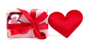 Οριζόντια και κόκκινη καρδιά κιβωτίων δώρων Στοκ Εικόνα