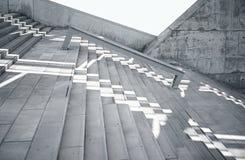 Οριζόντια κενά βρώμικα και ομαλά γυμνά συγκεκριμένα σκαλοπάτια φωτογραφιών με άσπρο Sunrays που απεικονίζει στην επιφάνεια Κενή π Στοκ Εικόνες