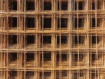 Οριζόντια κινηματογράφηση σε πρώτο πλάνο του χρυσού πλέγματος μετάλλων των τετραγώνων στοκ φωτογραφίες
