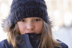 Οριζόντια κινηματογράφηση σε πρώτο πλάνο του όμορφου νέου κοριτσιού στο θερμά παλτό και wooly το καπέλο στοκ εικόνα με δικαίωμα ελεύθερης χρήσης