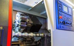 Οριζόντια μηχανή τόρνου στροφής με έναν περιστρεφόμενο στροφέα και ένα κινούμενο τέμνον μέρος CNC τόρνοι κρεβατιών ραπίσματος στοκ φωτογραφίες