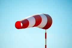 Οριζόντια πετώντας windsock & x28 αέρας vane& x29  λόγω του ισχυρού ανέμου Στοκ φωτογραφίες με δικαίωμα ελεύθερης χρήσης