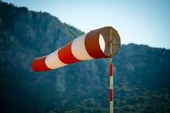 Οριζόντια πετώντας windsock ανεμοδείκτης λόγω του ισχυρού ανέμου Στοκ Εικόνες