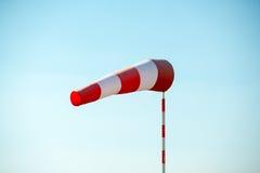 Οριζόντια πετώντας windsock με το μπλε ουρανό στο υπόβαθρο Στοκ Εικόνες