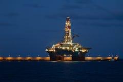 Οριζόντια πλατφόρμα γεώτρησης πετρελαίου τη νύχτα σε Cana Στοκ Εικόνες