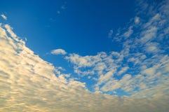 Οριζόντια σύννεφα σε έναν μπλε ουρανό βραδιού Στοκ Φωτογραφία