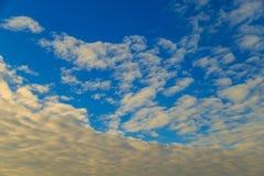 Οριζόντια σύννεφα σε έναν μπλε ουρανό βραδιού Στοκ Εικόνα