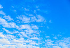 Οριζόντια σύννεφα σε έναν μπλε ουρανό βραδιού Στοκ φωτογραφίες με δικαίωμα ελεύθερης χρήσης