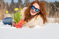 Οριζόντια φωτογραφία της συγκινημένης αξιοθαύμαστης στήριξης γυναικών στο χιόνι στοκ φωτογραφίες με δικαίωμα ελεύθερης χρήσης
