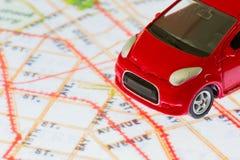 Οριζόντια φωτογραφία του κόκκινου παιχνιδιού αυτοκινήτων κινηματογραφήσεων σε πρώτο πλάνο στο χάρτη σε SCR ταμπλετών Στοκ εικόνα με δικαίωμα ελεύθερης χρήσης
