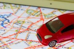 Οριζόντια φωτογραφία του κόκκινου παιχνιδιού αυτοκινήτων κινηματογραφήσεων σε πρώτο πλάνο στο χάρτη σε SCR ταμπλετών Στοκ φωτογραφία με δικαίωμα ελεύθερης χρήσης