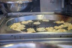 Οριζόντια bunuelos που μαγειρεύουν στο πετρέλαιο Στοκ Εικόνες