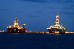 Οριζόντιες πλατφόρμες γεώτρησης πετρελαίου τη νύχτα σε Cana στοκ εικόνες