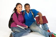 οριζόντιοι καθισμένοι χαμογελώντας σπουδαστές Στοκ φωτογραφία με δικαίωμα ελεύθερης χρήσης