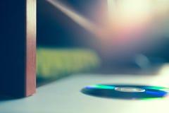 Οριζόντιος δίσκος dvd στο επιτραπέζιο bokeh υπόβαθρο Στοκ Φωτογραφίες