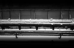 Οριζόντιος γραπτός σιδηρόδρομος κάτω από το υπόβαθρο κατασκευής Στοκ εικόνες με δικαίωμα ελεύθερης χρήσης