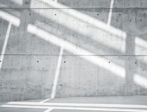 Οριζόντιος κενός βρώμικος ομαλός γυμνός συμπαγής τοίχος εικόνας με Sunrays που απεικονίζει στην επιφάνεια Κενό αφηρημένο υπόβαθρο Στοκ εικόνες με δικαίωμα ελεύθερης χρήσης