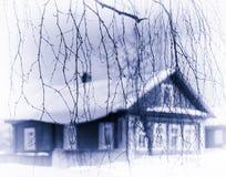 Οριζόντιος χλωμός - μπλε σύνθεση κλάδων δέντρων σπιτιών σεπιών ρωσική παραδοσιακή Στοκ φωτογραφία με δικαίωμα ελεύθερης χρήσης