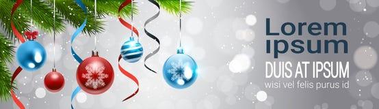 Οριζόντιο έμβλημα με τις ζωηρόχρωμες σφαίρες που κρεμούν από τον κλάδο χριστουγεννιάτικων δέντρων πέρα από τη διακόσμηση διακοπών Στοκ εικόνες με δικαίωμα ελεύθερης χρήσης