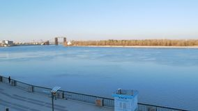 Οριζόντιο μήκος σε πόδηα πανοράματος του αναχώματος του ποταμού Dnipro στο σταθμό ποταμών πόλεων στο Κίεβο με το περπάτημα ανθρώπ απόθεμα βίντεο