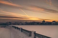 Οριζόντιο πανόραμα της χειμερινής πόλης νύχτας Στοκ Φωτογραφία