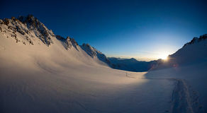 Οριζόντιο πανόραμα των χιονισμένων αιχμών παγετώνων και βουνών του Κιργιστάν Στοκ Εικόνες