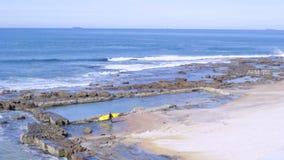 οριζόντιο πλάνο παραλιών surfer που περπατά απόθεμα βίντεο