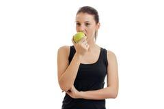 Οριζόντιο πορτρέτο ενός νέου όμορφου κοριτσιού που τρώει την πράσινη Apple Στοκ Φωτογραφίες