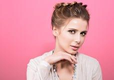 Οριζόντιο πορτρέτο μιας όμορφης νέας γυναίκας με το αισθησιακό βλέμμα Στοκ φωτογραφία με δικαίωμα ελεύθερης χρήσης