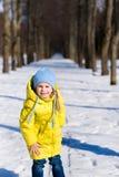 Αστείο παιχνίδι μικρών κοριτσιών το χειμώνα Στοκ Εικόνες