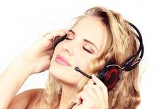 Οριζόντιο πορτρέτο του κοριτσιού στα ακουστικά σε ένα άσπρο backgrou στοκ φωτογραφία