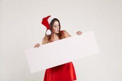 Οριζόντιο πορτρέτο του κοριτσιού Χριστουγέννων με το πιάτο στο άσπρο υπόβαθρο Στοκ Φωτογραφία