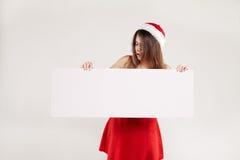 Οριζόντιο πορτρέτο του κοριτσιού Χριστουγέννων με wineglass στο άσπρο υπόβαθρο Στοκ φωτογραφία με δικαίωμα ελεύθερης χρήσης