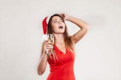 Οριζόντιο πορτρέτο του κοριτσιού Χριστουγέννων με wineglass στο άσπρο υπόβαθρο Στοκ Φωτογραφίες