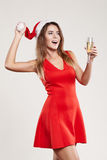 Οριζόντιο πορτρέτο του κοριτσιού Χριστουγέννων με wineglass στο άσπρο υπόβαθρο Στοκ Φωτογραφία