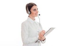 Οριζόντιο πορτρέτο του νέου ελκυστικού κοριτσιού εργαζομένων γραφείων κλήσης με τα ακουστικά και του μικροφώνου που απομονώνεται  Στοκ φωτογραφία με δικαίωμα ελεύθερης χρήσης