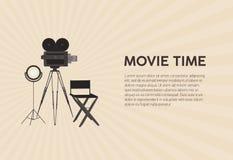Οριζόντιο πρότυπο αφισών για το φεστιβάλ κινηματογράφων με την αναδρομική κάμερα ταινιών που στέκεται στο τρίποδο, λαμπτήρας στού διανυσματική απεικόνιση