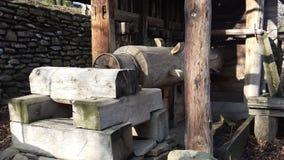 οριζόντιο τσεκούρι ξυλείας υδρομύλων στο ξύλινο υπόστεγο Στοκ Εικόνες