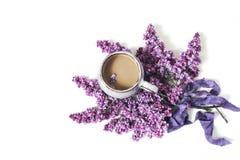 Ορισμένη σκηνή προγευμάτων άνοιξη, θηλυκή floral σύνθεση Ανθοδέσμη των πορφυρών ιωδών κλάδων, κορδέλλα μεταξιού και φλυτζάνι στοκ φωτογραφίες