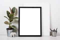 Ορισμένο tabletop, κενό πλαίσιο, εσωτερική χλεύη αφισών τέχνης ζωγραφικής Στοκ φωτογραφίες με δικαίωμα ελεύθερης χρήσης