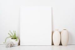 Ορισμένο tabletop, κενό πλαίσιο, εσωτερική χλεύη αφισών τέχνης ζωγραφικής Στοκ Εικόνες