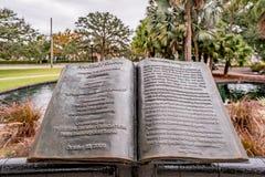 ΟΡΛΑΝΤΟ, ΦΛΩΡΙΔΑ, ΗΠΑ - ΤΟ ΔΕΚΈΜΒΡΙΟ ΤΟΥ 2018: Γλυπτό ενός βιβλίου με την όμορφη ιστορία της φαντασίας Κύκνος στο πάρκο Eola, κεν στοκ φωτογραφία με δικαίωμα ελεύθερης χρήσης